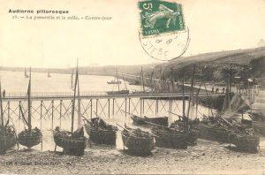 Flotille de chaloupes sur la petite plage